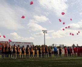 Aficionado Femenino suelta globos rosas