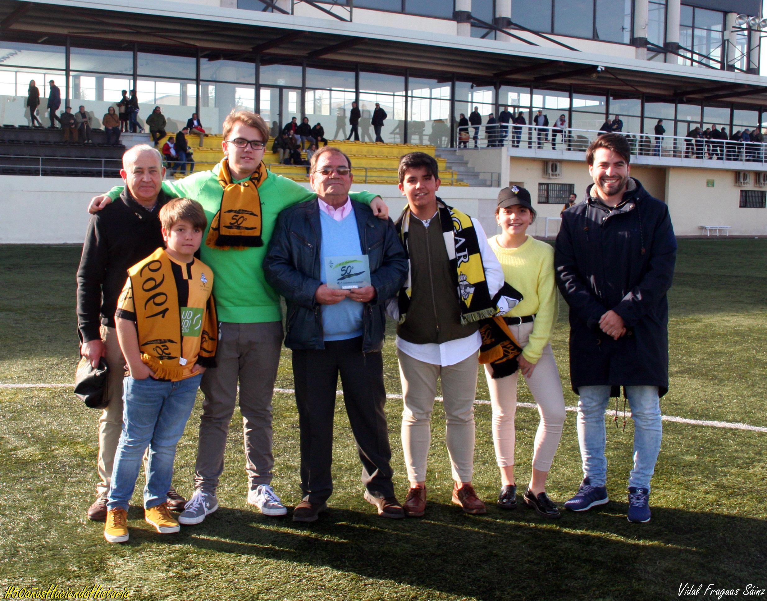 José María y su familia junto al presidente del Club y el concejal de Deportes